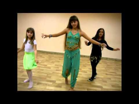 Маленькие девочки танцуют танцы живота.