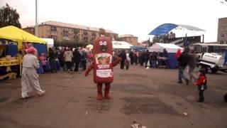 Мужик в костюме колбасы порвал толпу танцем. ЖжжОт