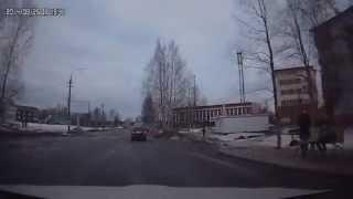 Доброе утро Онега!(Центральная улица г.Онега,как после бомбардировки,местами ямы можно объехать только по встречной или по..., 2014-03-25T11:18:39.000Z)
