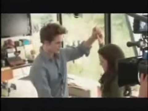 Twilight behind the scene: Robert Pattinson playing piano bella's lullaby at 3:50!