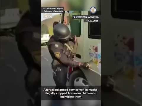 Տեսանյութ.Դուք գնում ենք Ղարաբա՞ղ,այն արդեն ադրբեջանական է, հասկանալի՞ է... հայկական ավտոբուսի վրայից դանակով քերում են Արցախի դրոշը