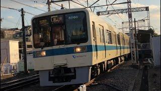 小田急8000形8060+8260編成が通過するシーン