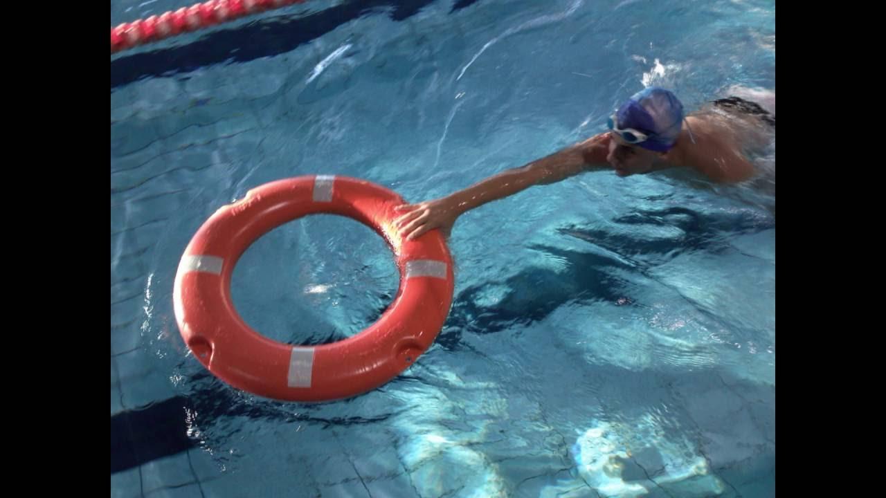 T cnicas de rescate y aproximaci n con aro salvavidas for Salvavidas para piscinas