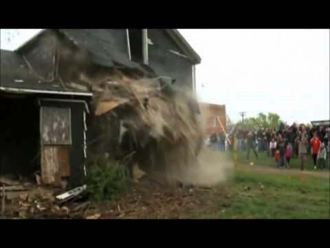 Tank demolishes house in US. Amazing!