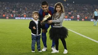 Luis Suárez shows off the Golden Shoe before the game against Granada