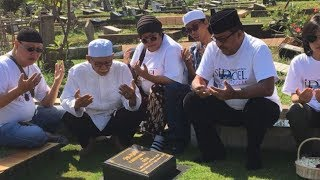 Video Pemain Film Si Doel The Movie Ziarah ke Makam Benyamin Sueb download MP3, 3GP, MP4, WEBM, AVI, FLV Juli 2018