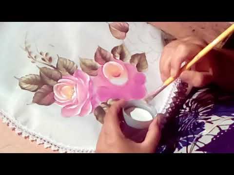 Pintando rosas em um caminho de mesa.