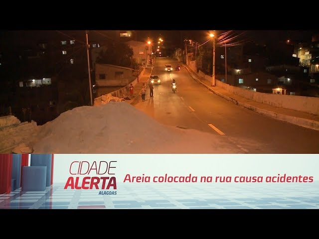 Areia colocada na rua causa acidentes