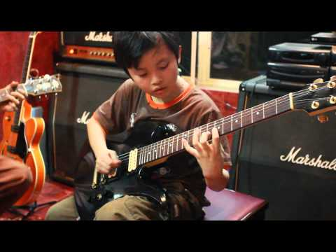 The loneliness of the long distance runner (Iron Maiden) - Thai Vu (10 years old) Intro cover