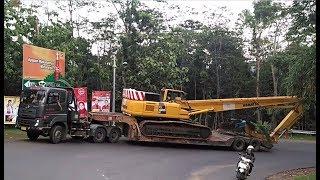Truck Trailer UD Quester Membawa Alat Berat Komatsu PC400 Truk Tronton Hino Isuzu UD Trucks