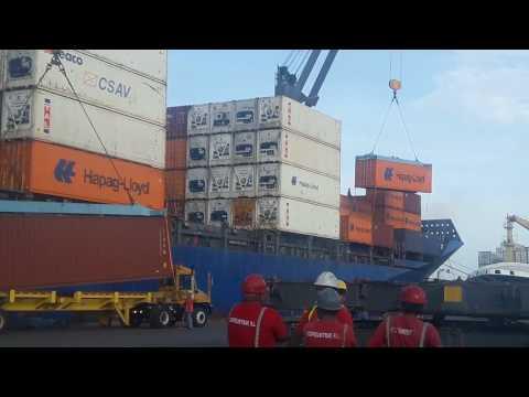 Carga y descarga de contenedores en muelle alleman de puerto limon CR.
