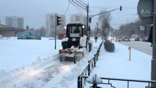 Трактор чистит от снега тротуар на Советской улице(, 2016-03-27T14:49:18.000Z)