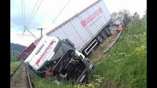 Un TIR a căzut pe calea ferată la Iacobeni, la trei metri diferență de drum (iunie 2017)