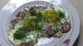 Вкусный быстрый завтрак за 3 минуты//Жареные яйца с колбасой и луком//Приготовит даже ребенок)