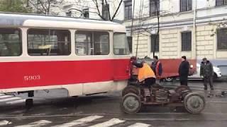 Трамвай сошел с рельс - замена колес на прямо на улице