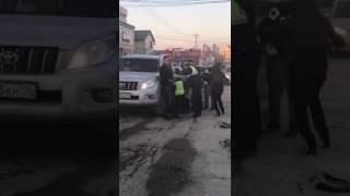 В городе Якутске, рядом с ночным заведением Зодиак, потасовка с полицией.