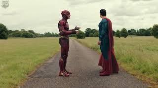 Flash chạy đua với Superman. Ai sẽ chiến thắng?