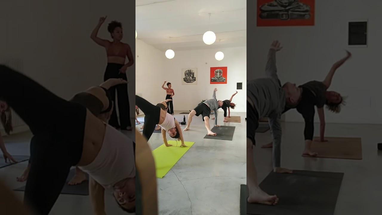 Simple power  yoga flow with Etta Evans