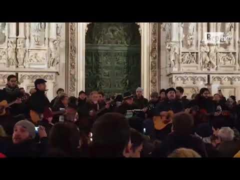 Chitarre e tanta voglia di cantare, Milano celebra De André in piazza Duomo
