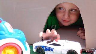 Тимур играет в Машинки игрушки и спасает Пожарную и Полицейскую машины и Скорую Помощь из Пещеры