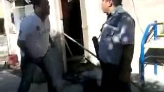 Madreando policias