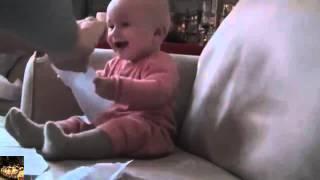 ребенок очень весело смеется, жесткие приколы