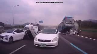 【韓国事故】バスが高速で渋滞に突っ込み乗用車が大破.....