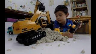 電動挖土機怪手挖沙|工程車合作賽  excavatoru0026Dump truck remote control 【 love TV小寶愛你笑】
