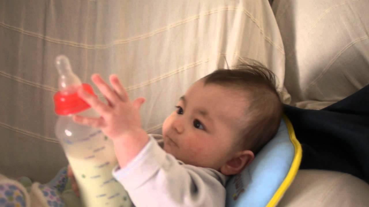 中法混血兒 jack PRIGENT 看到奶奶興奮的自己拿自己喝.2011年底 - YouTube