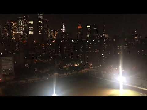 NEW YORK CITY SKYLINE VIEW AT NIGHT 🌃 ON THE MANHATTAN BRIDGE