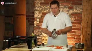 Łosoś z grilla w kremowym sosie podany z makaronem penne.  Videoprzepisy by smakiswiata.com