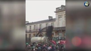Протестующие во Франции залили жидким навозом муниципалитет в Париже