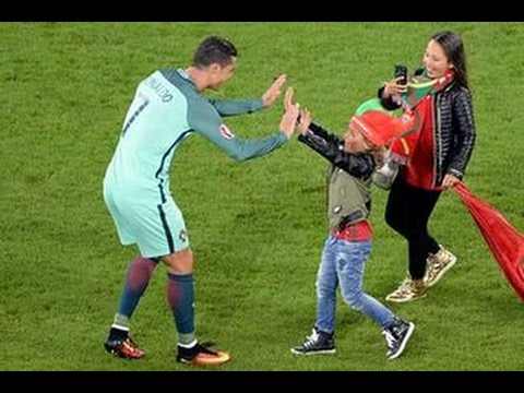 Криштиану Роналду позволил фанату сделать групповое фото