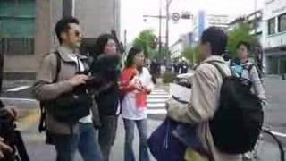ニコニコ動画からの転載。向かって左の多人数側は中国人で、向かって右...