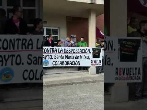 Vecinos de Santibáñez de la Isla se manifiestan contra el alcalde