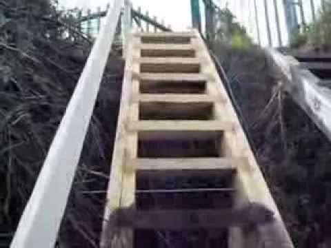 Деревянная самодельная лестница 6 м в высоту и берег Волги