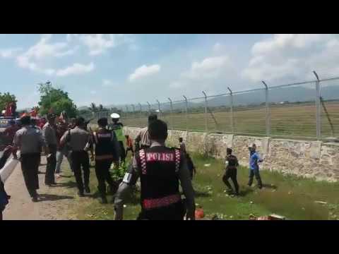 Ketegangan Antara Massa LMND dengan Aparat di Depan Bandara Bima