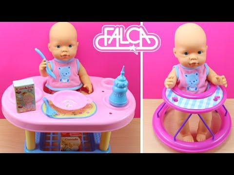 Muñeca bebé que hace pipí - Aprende a andar con su taca tac - Come en su mesa comiditas