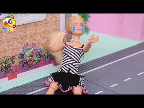 芭比摔倒了好痛,衣服髒了沒辦法參加生日派對,快來幫幫她  寶寶玩具   兒童玩具   玩具巴士