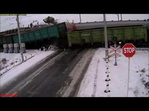 Жуткая авария на переезде с фурой. Один из поездов сошел с рельс.
