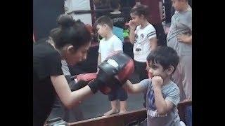 Yusuf  kick boksa basladı, tekmeler yumruklar havada ucuyoo, tabiki spor ve eğlence amaçlı