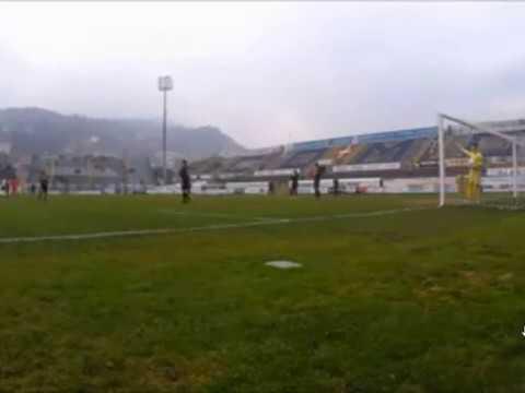 Il Como vince e accorcia sul Gozzano con una papera inspiegabile del portiere avversario. Il video