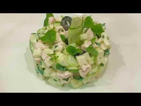 Салат с курицей, сельдереем, яблоком и маслинами