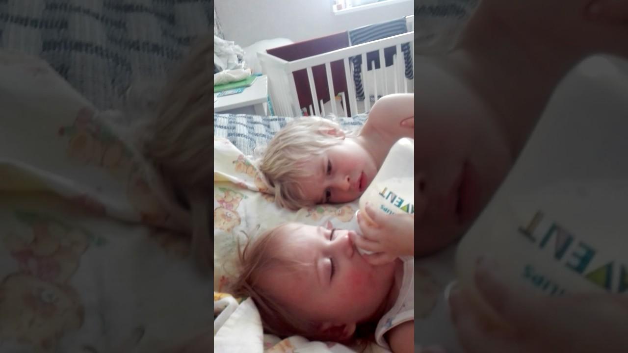 Брат трахнул пьяную сестру пока она спала видео