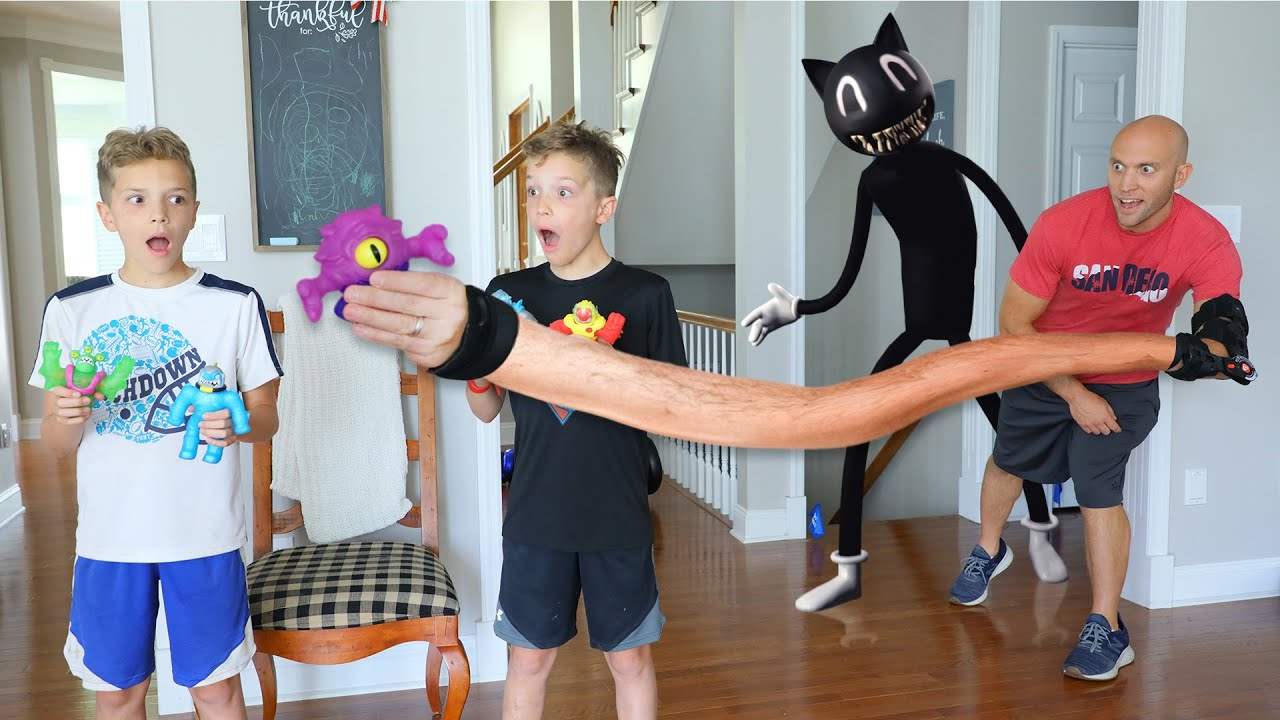 Cartoon Cat Returns And Makes RoboDads Arms Stretchy!  RoboDad Transforms into Heroes of Goo Jit Zu!