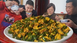 "1kg hot peppers, 10 eggs, the whole family eats ""spicy pepper peppers"" with rice, cozy!"