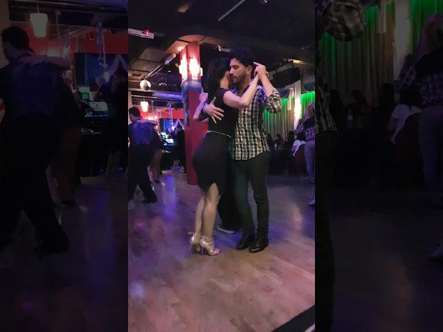 Pasos de tango milonguero, bailando en El Beso Tango Buenos Aires
