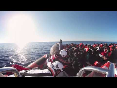 【360°VR動画】 地中海を命がけで渡る移民を救助 REUTERS