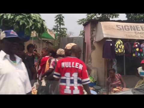 straatbeeld Kinshasa onderweg naar een school