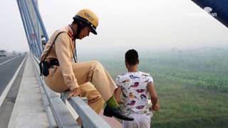 CSGT dũng cảm cứu nam thanh niên định nhảy cầu tự vẫn